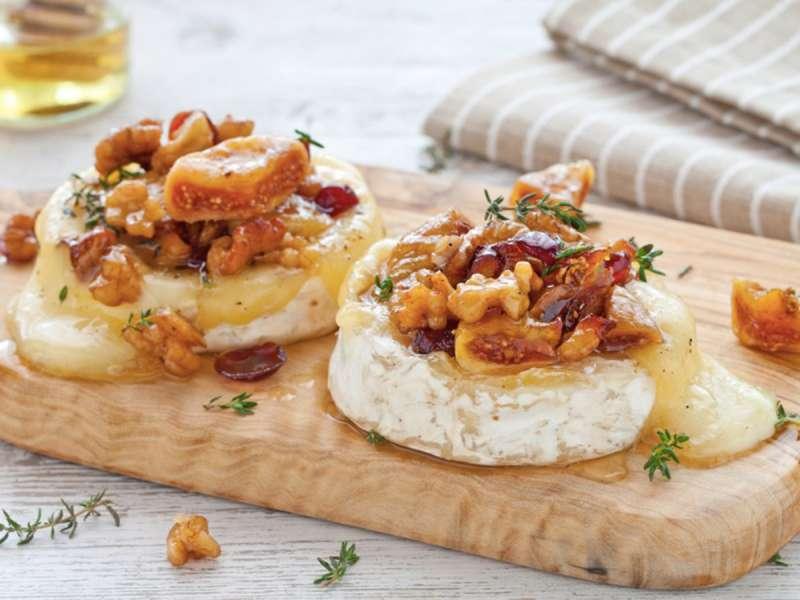 Запеченный сыр Бри с орехами и инжиром