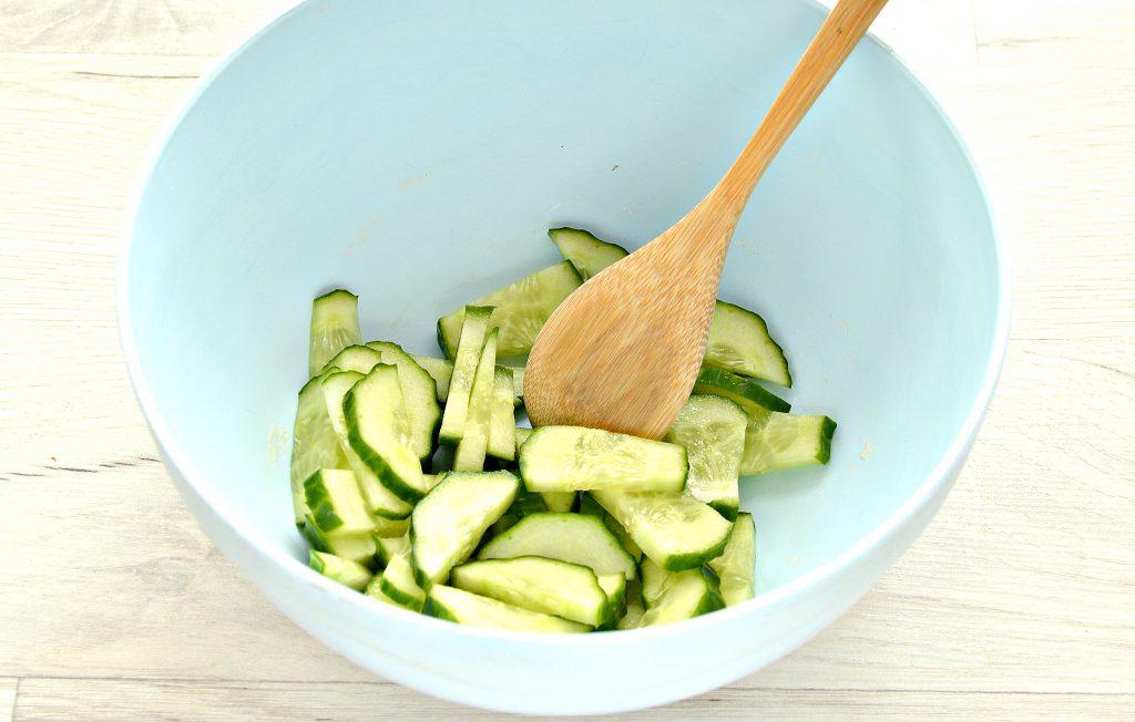 Фото рецепта - Овощной салат с фасолью и красным луком - шаг 1