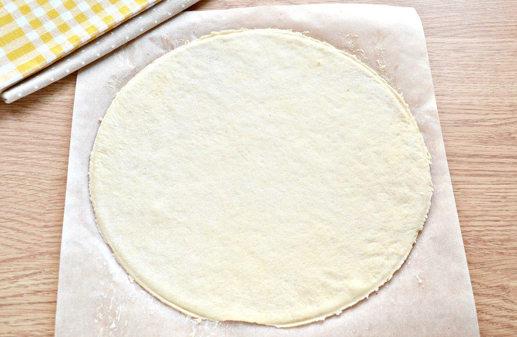 Фото рецепта - Пицца в духовке с колбасой и сыром - шаг 1