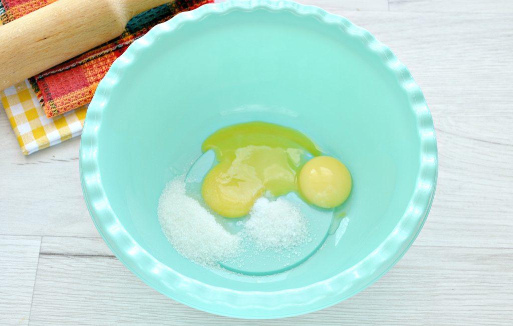 Фото рецепта - Тесто для курника на маргарине и молоке - шаг 1