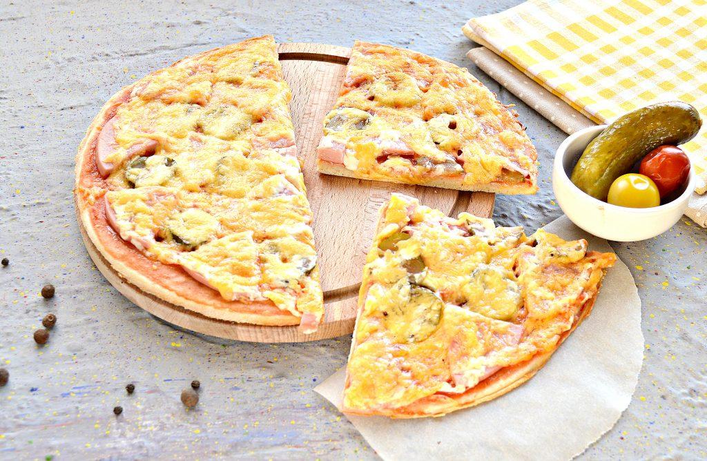 Фото рецепта - Пицца в духовке с колбасой и сыром - шаг 9