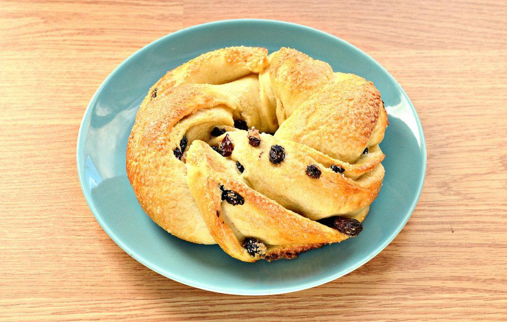 Фото рецепта - Дрожжевые булочки-веночки к Пасхе - шаг 10