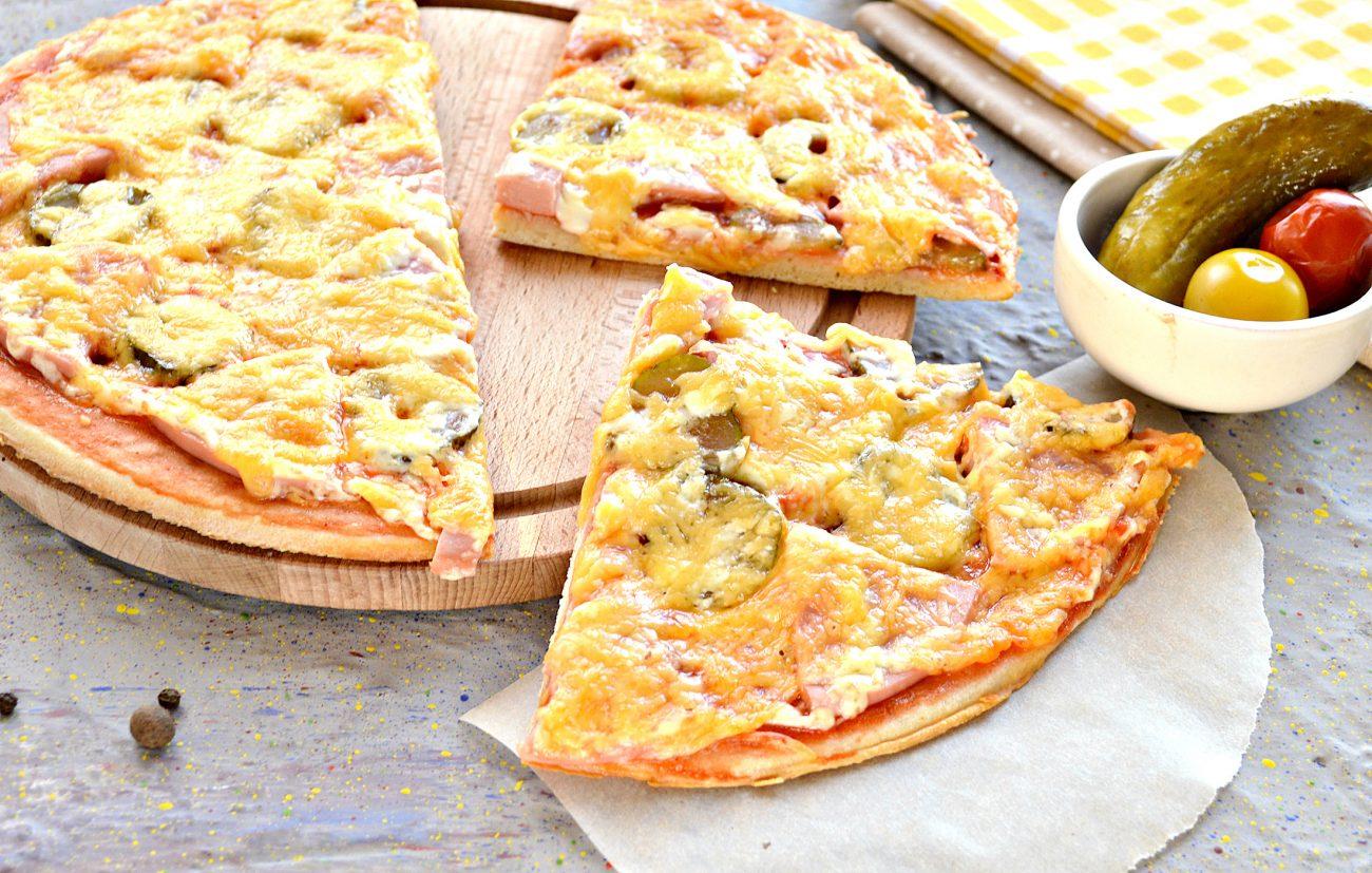 Пицца в духовке с колбасой и сыром