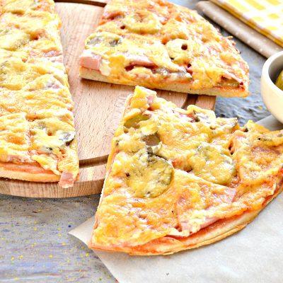 Пицца в духовке с колбасой и сыром - рецепт с фото