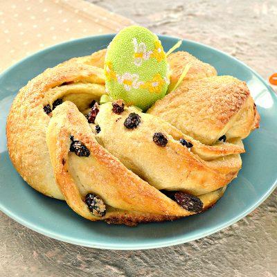Дрожжевые булочки-веночки к Пасхе - рецепт с фото