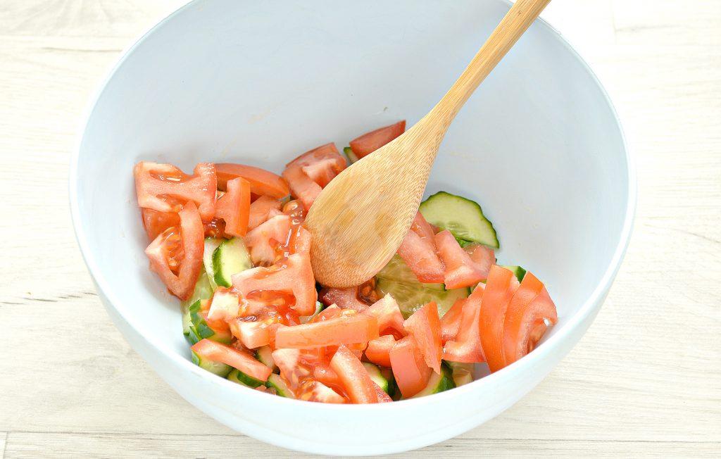 Фото рецепта - Овощной салат с фасолью и красным луком - шаг 2