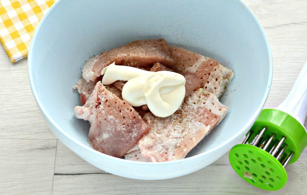 Фото рецепта - Жареная на сковороде свинина с луком - шаг 2