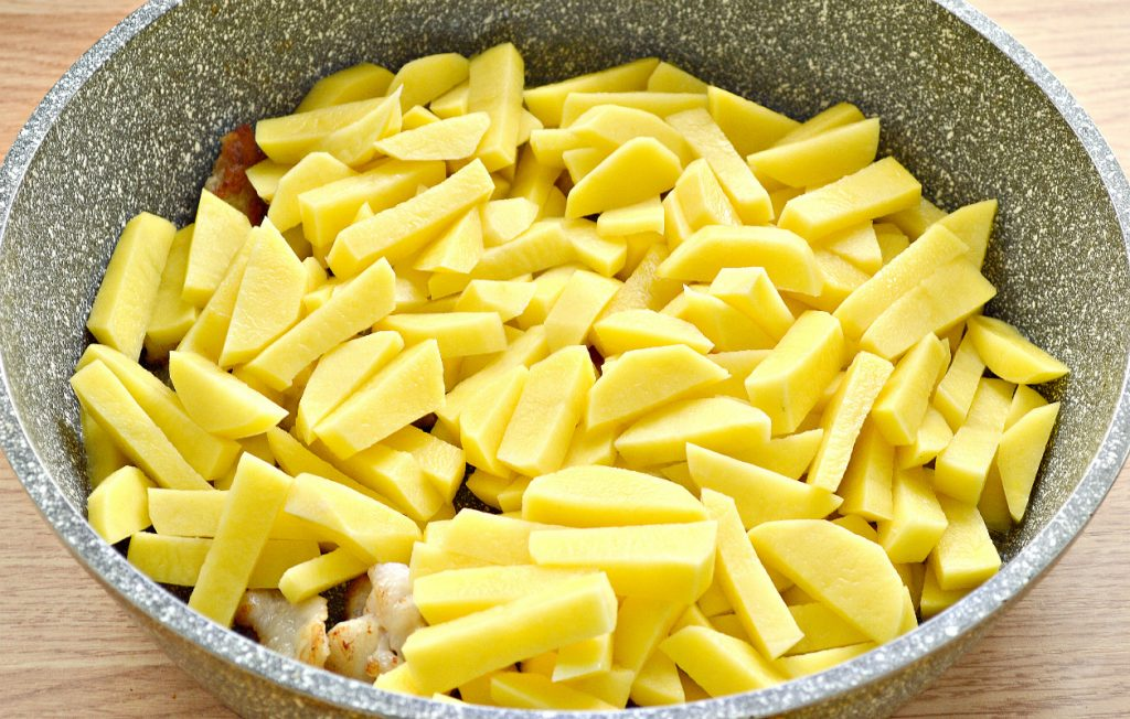 Фото рецепта - Картофель с салом и солеными огурцами на сковороде - шаг 2