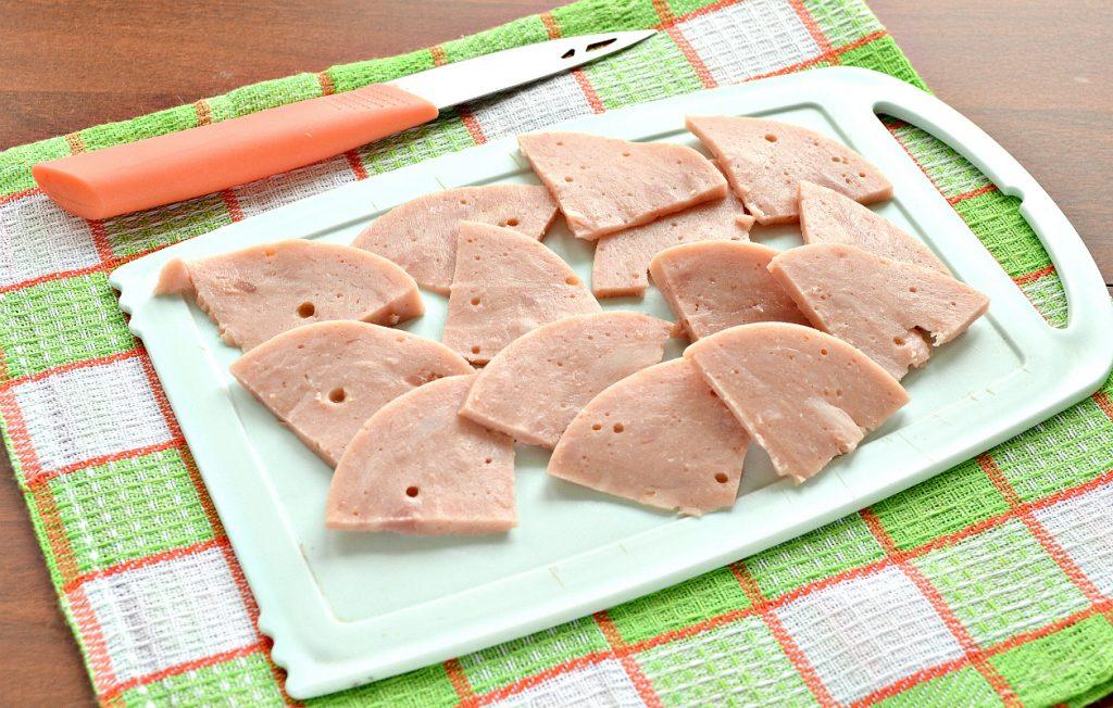 Фото рецепта - Пицца с солеными корнишонами и ветчиной - шаг 2
