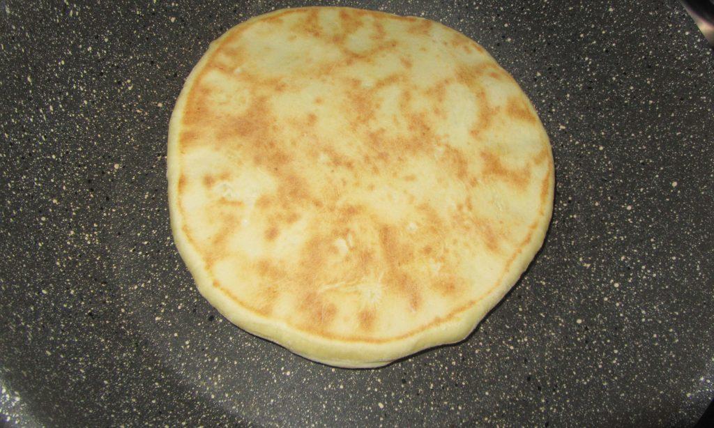 Фото рецепта - Лепешки с сыром и зеленью на сковороде - шаг 6