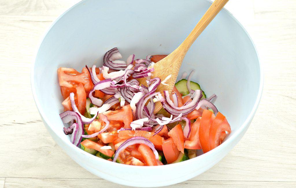 Фото рецепта - Овощной салат с фасолью и красным луком - шаг 3