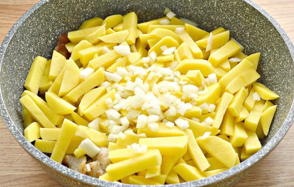 Фото рецепта - Картофель с салом и солеными огурцами на сковороде - шаг 3