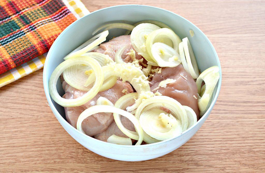 Фото рецепта - Шашлык из курицы с чесноком и луком в духовке - шаг 2