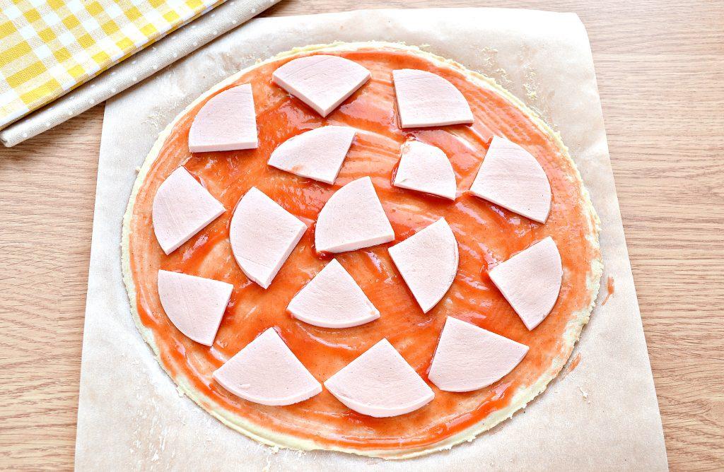Фото рецепта - Пицца в духовке с колбасой и сыром - шаг 3