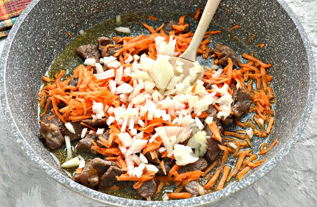 Фото рецепта - Подлива с говядиной и кабачками - шаг 3