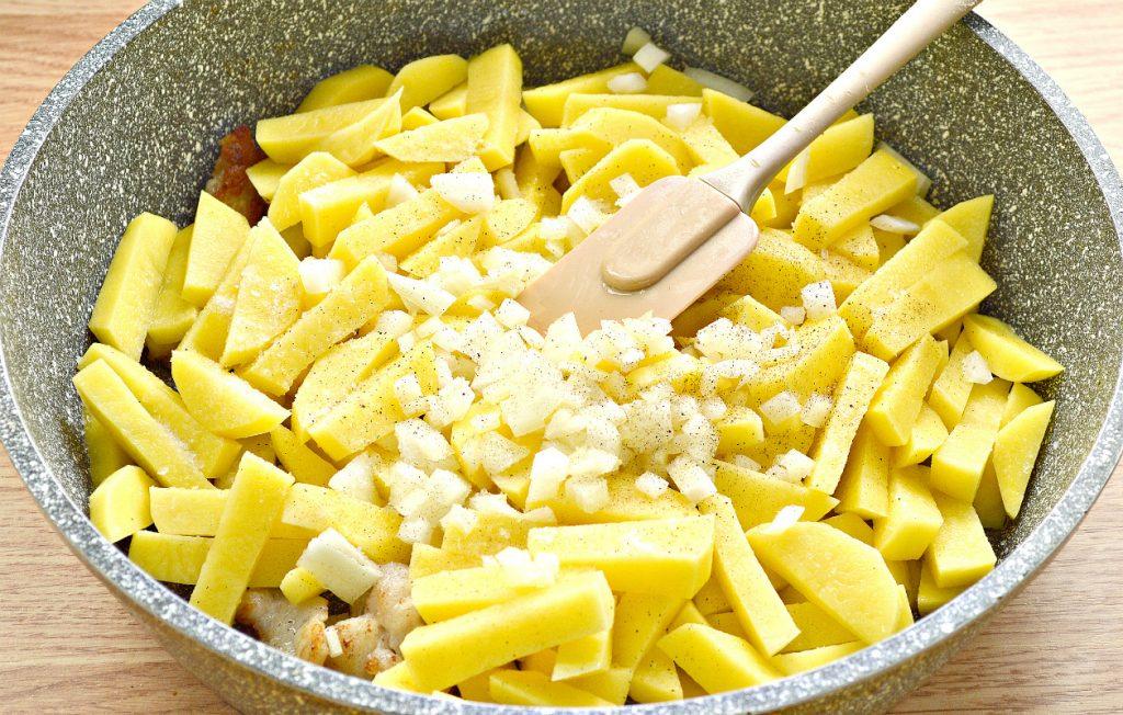 Фото рецепта - Картофель с салом и солеными огурцами на сковороде - шаг 4