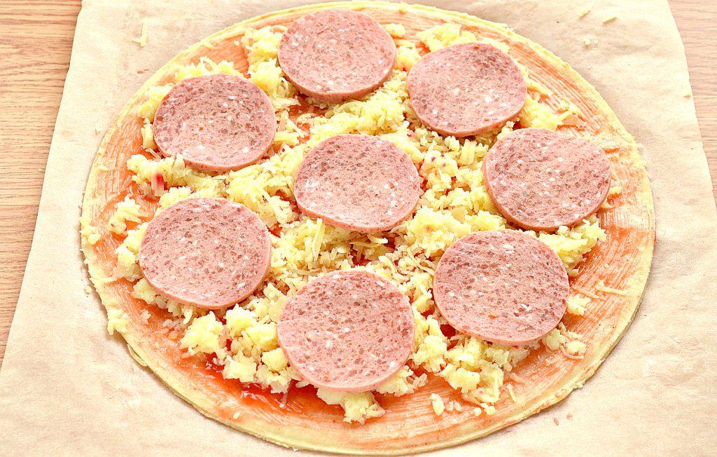 Фото рецепта - Пицца с картошкой и колбасой - шаг 4