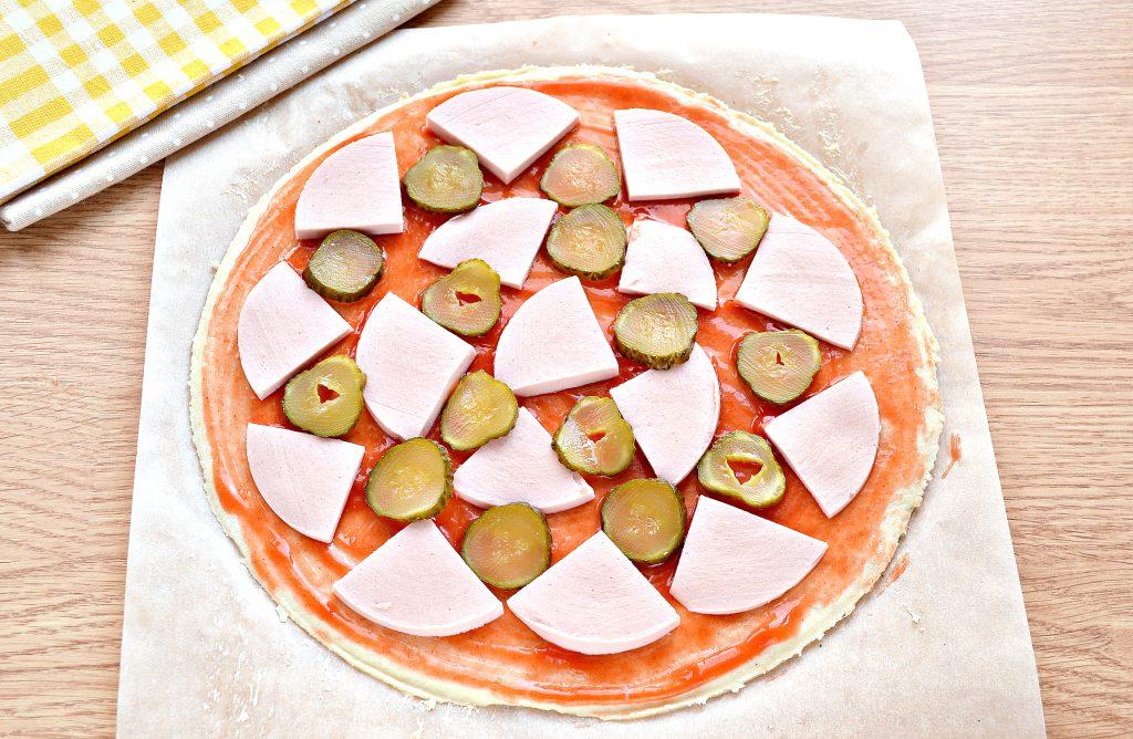 Фото рецепта - Пицца в духовке с колбасой и сыром - шаг 4