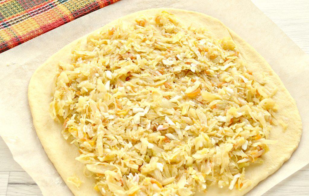 Фото рецепта - Вкусный дрожжевой пирог с капустой в духовке - шаг 4