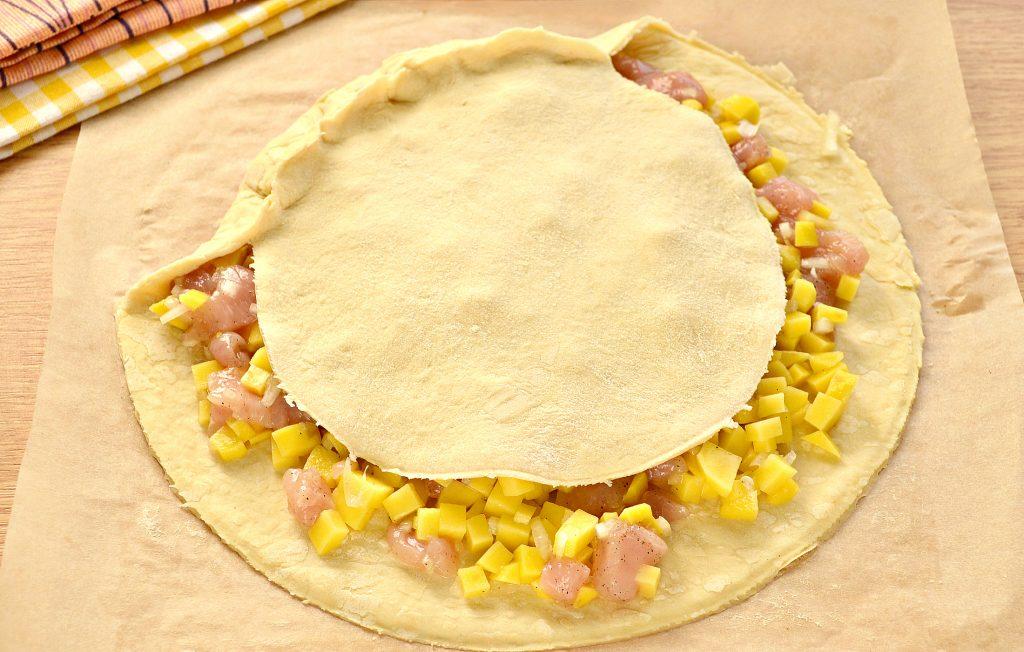 Фото рецепта - Курник из слоеного дрожжевого теста с курицей и картофелем - шаг 4