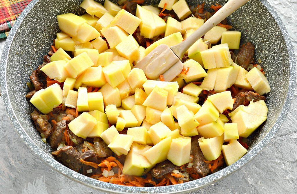 Фото рецепта - Подлива с говядиной и кабачками - шаг 4