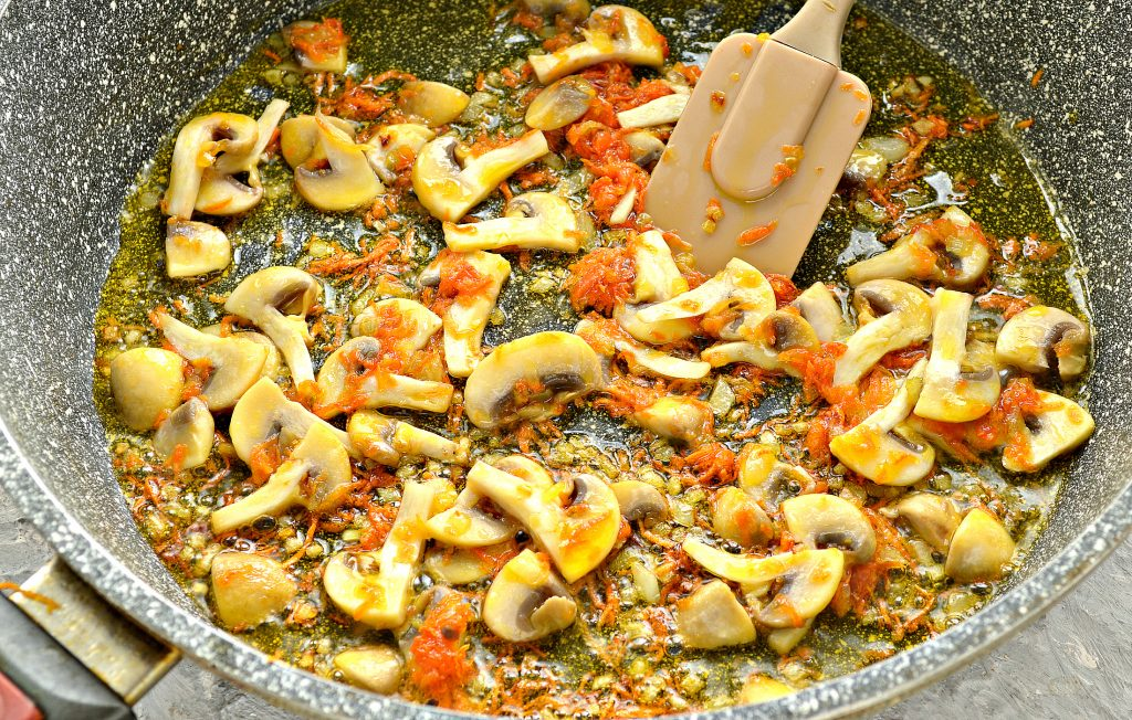 Фото рецепта - Куриный суп с лапшой и шампиньонами - шаг 5