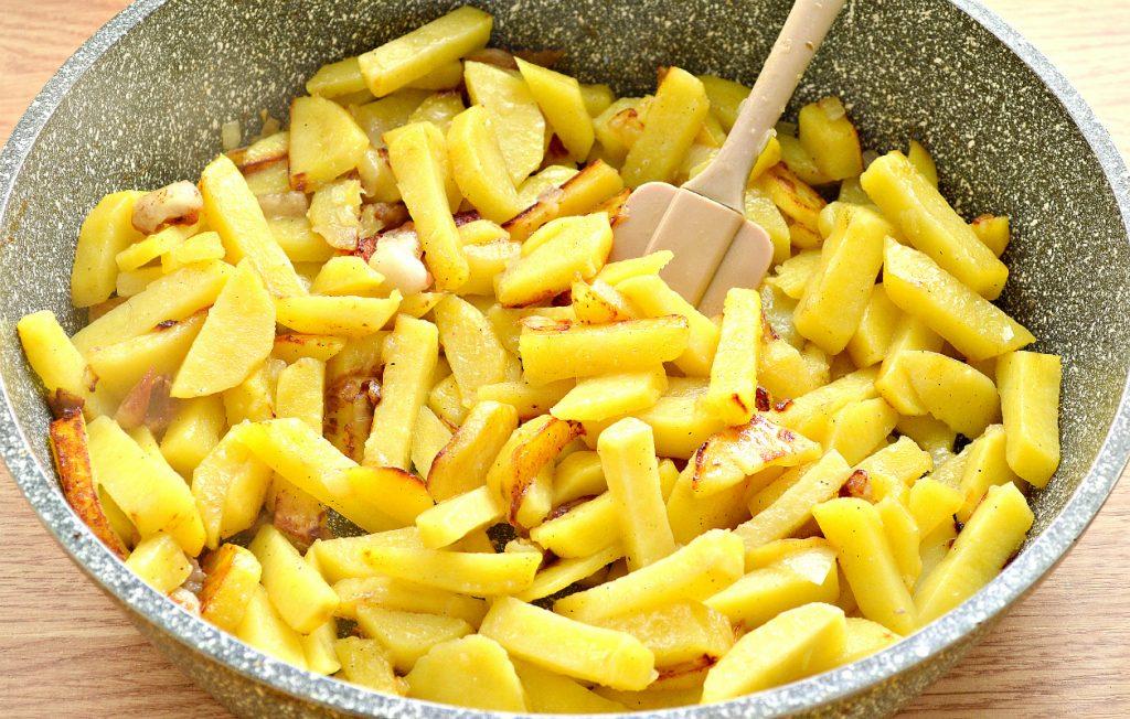 Фото рецепта - Картофель с салом и солеными огурцами на сковороде - шаг 5