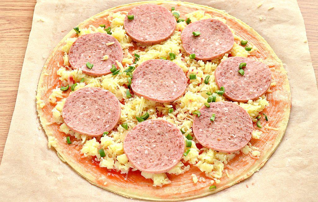 Фото рецепта - Пицца с картошкой и колбасой - шаг 5