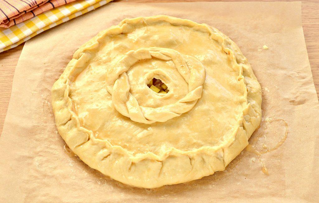 Фото рецепта - Курник из слоеного дрожжевого теста с курицей и картофелем - шаг 5