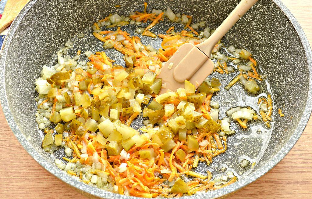 Фото рецепта - Щи с курицей и солеными огурцами - шаг 5