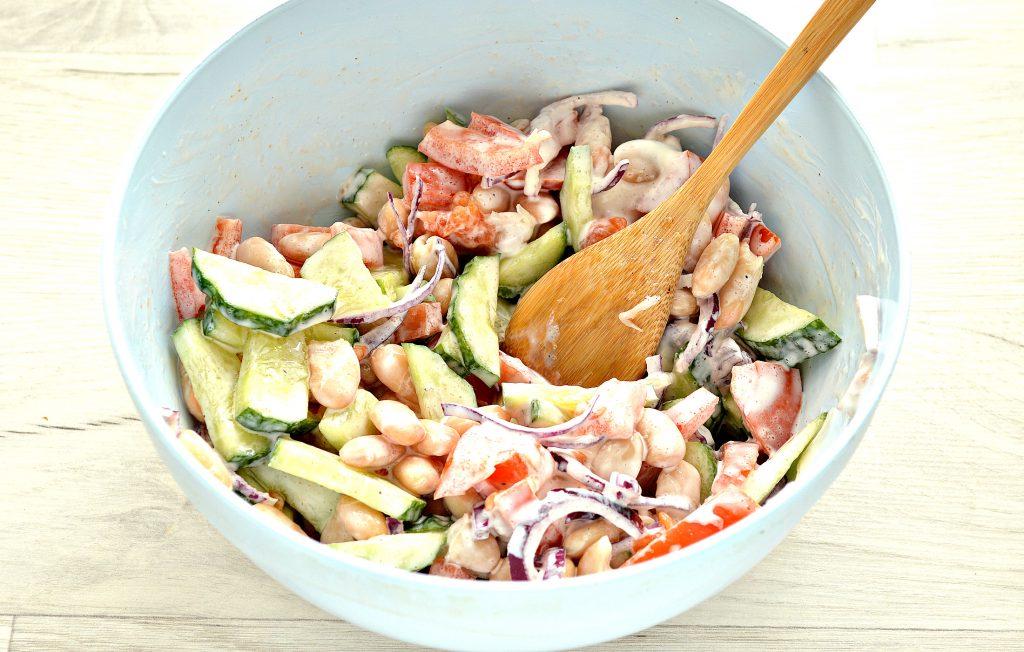 Фото рецепта - Овощной салат с фасолью и красным луком - шаг 6