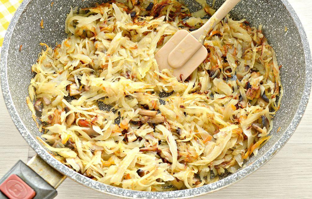 Фото рецепта - Начинка для пирогов и пирожков с капустой и шампиньонами - шаг 6