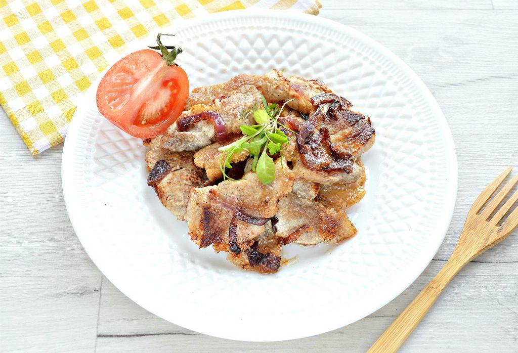 Фото рецепта - Жареная на сковороде свинина с луком - шаг 6