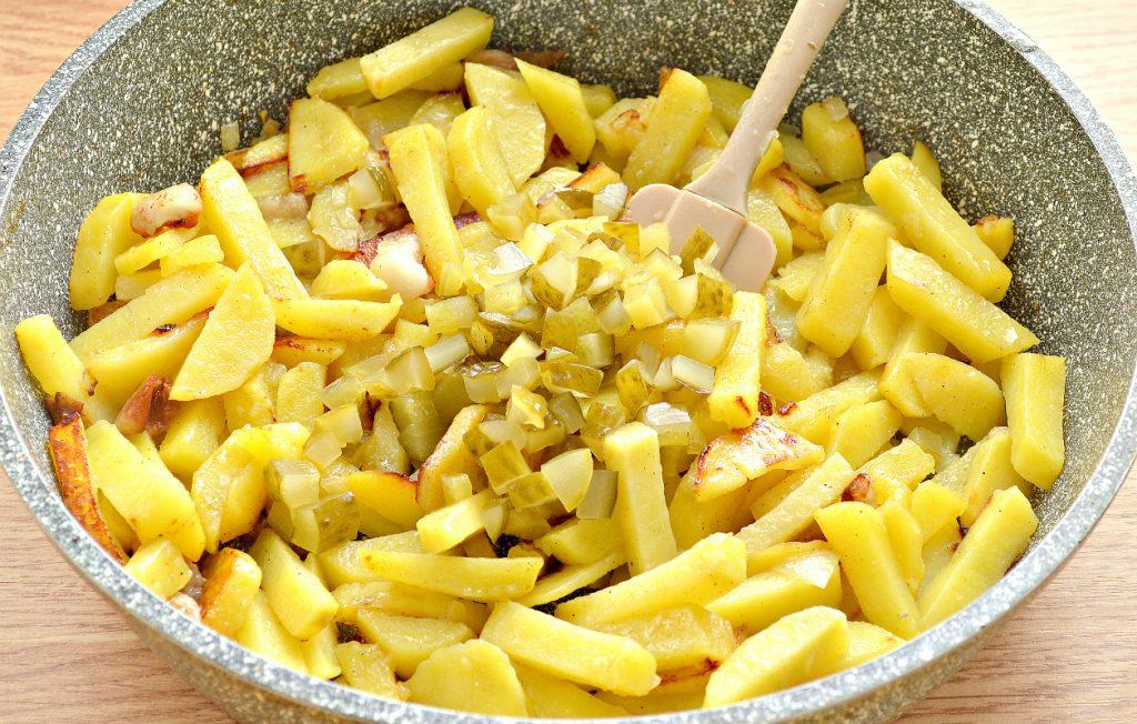 Фото рецепта - Картофель с салом и солеными огурцами на сковороде - шаг 6