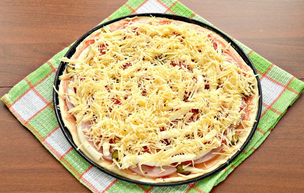 Фото рецепта - Пицца с солеными корнишонами и ветчиной - шаг 6