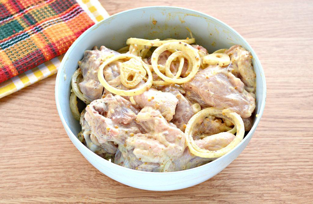 Фото рецепта - Шашлык из курицы с чесноком и луком в духовке - шаг 5