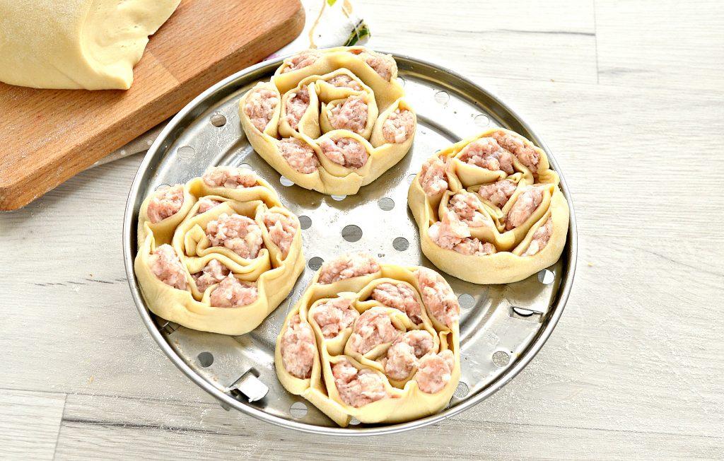 Фото рецепта - Манты со свининой (в форме цветка) - шаг 7