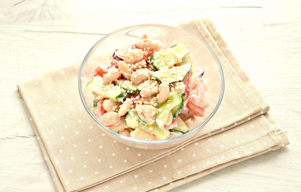 Фото рецепта - Овощной салат с фасолью и красным луком - шаг 7