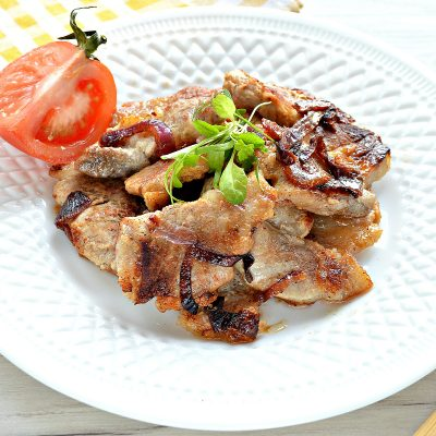 Жареная на сковороде свинина с луком - рецепт с фото