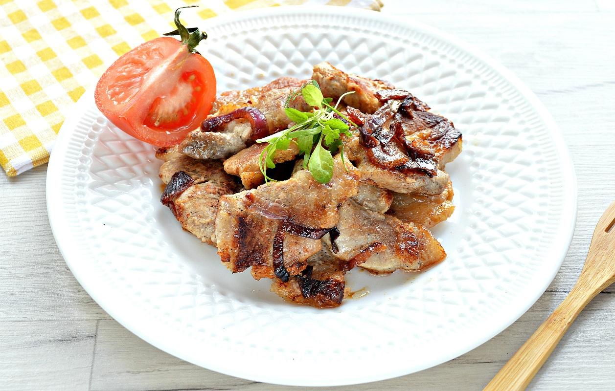 Жареная на сковороде свинина с луком