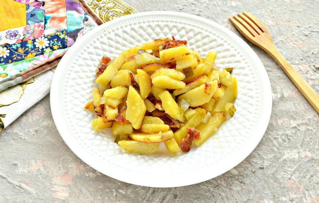 Фото рецепта - Картофель с салом и солеными огурцами на сковороде - шаг 7