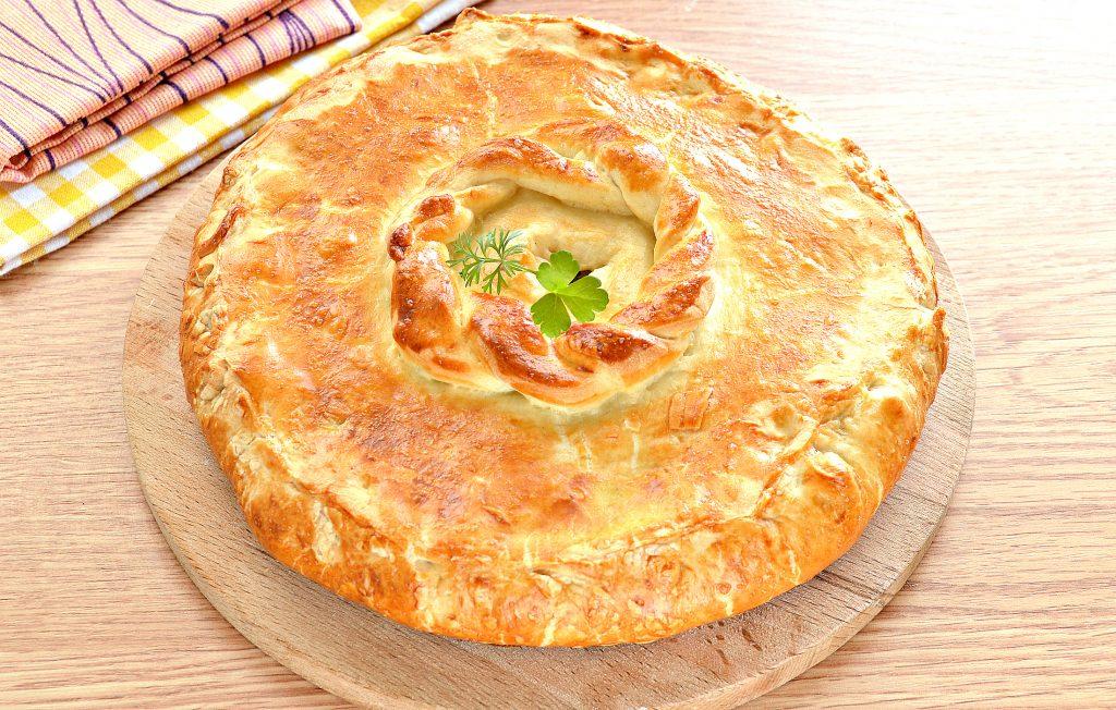 Фото рецепта - Курник из слоеного дрожжевого теста с курицей и картофелем - шаг 7