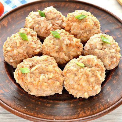 Тушенные тефтели из свинины с рисом - рецепт с фото
