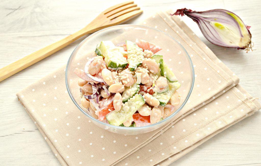 Фото рецепта - Овощной салат с фасолью и красным луком - шаг 8