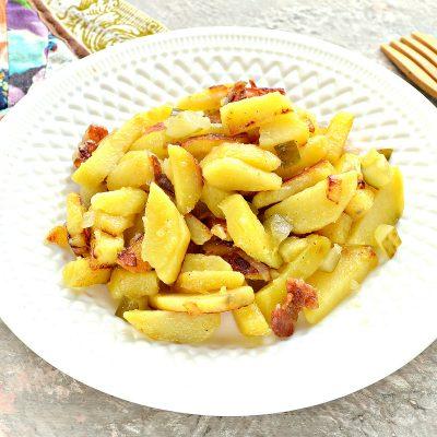 Картофель с салом и солеными огурцами на сковороде - рецепт с фото