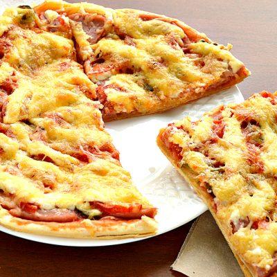 Пицца с солеными корнишонами и ветчиной - рецепт с фото