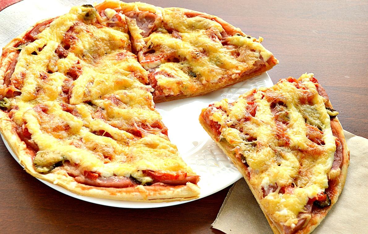 Пицца с солеными корнишонами и ветчиной