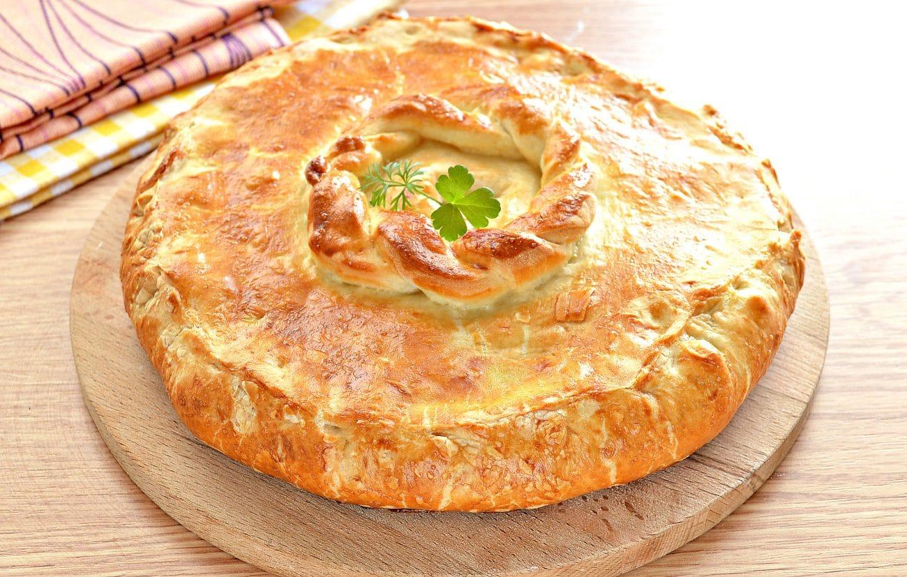 Курник из слоеного дрожжевого теста с курицей и картофелем