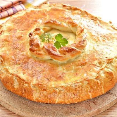 Курник из слоеного дрожжевого теста с курицей и картофелем - рецепт с фото