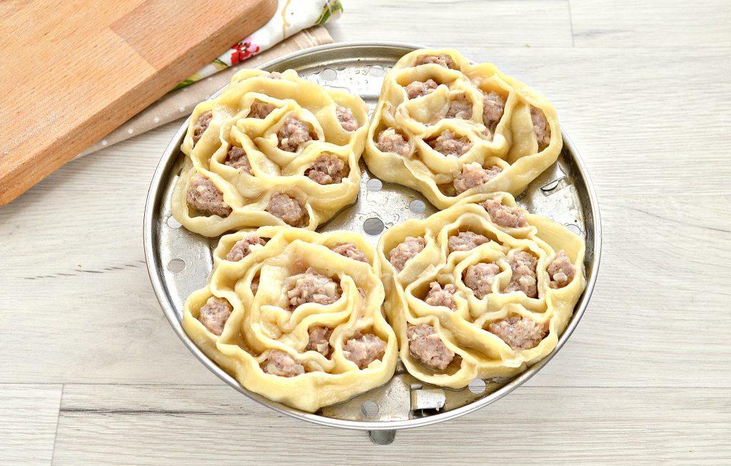 Фото рецепта - Манты со свининой (в форме цветка) - шаг 8